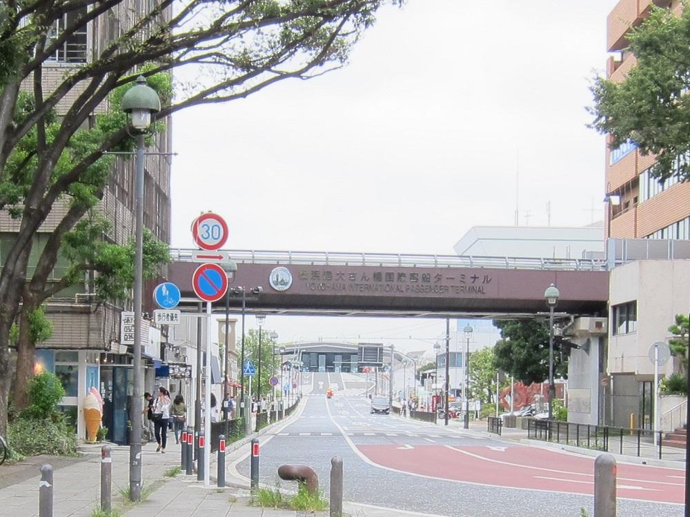 大桟橋のターミナルへ行く道