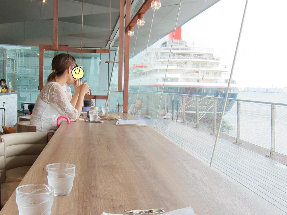 日本丸を眺めながらカフェで待つ