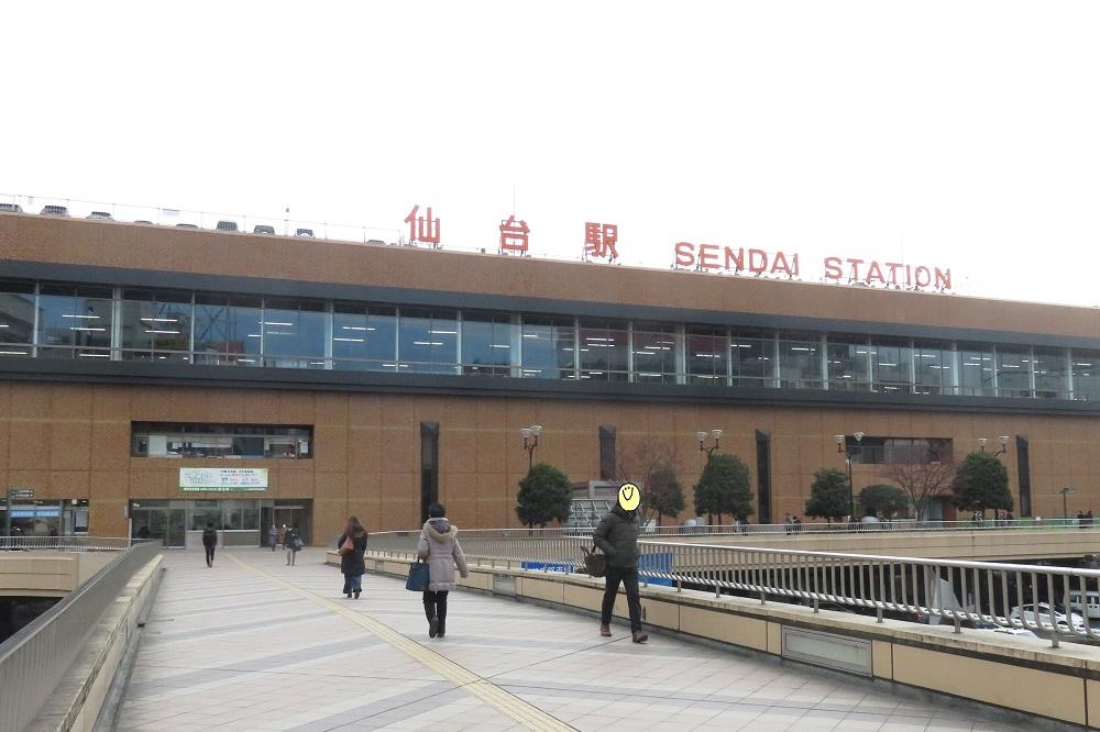 駅前の歩道から仙台駅へ