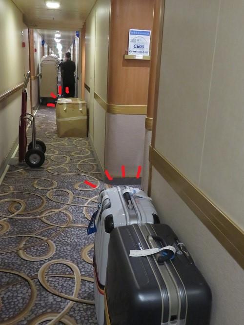 廊下に荷物